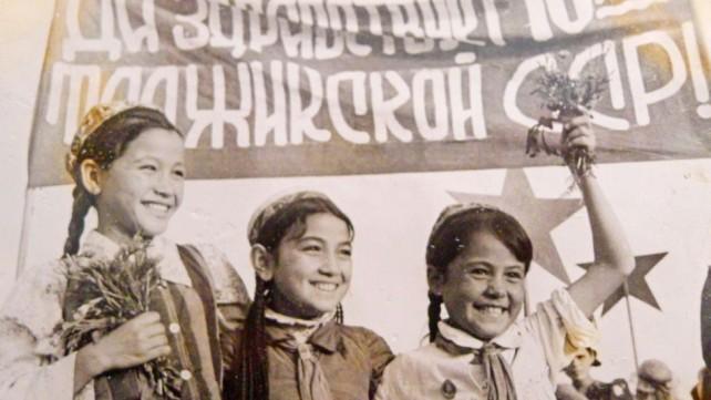 Девочки-пионерки на митинге по случаю празднования 10-летия ТССР