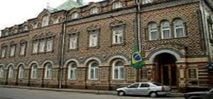 Гражданин Таджикистана метнул камнем в ворота посольства Бразилии в Москве
