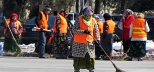 Мэрия Душанбе поощрила женщин, работающих дворниками, выдав им по $100